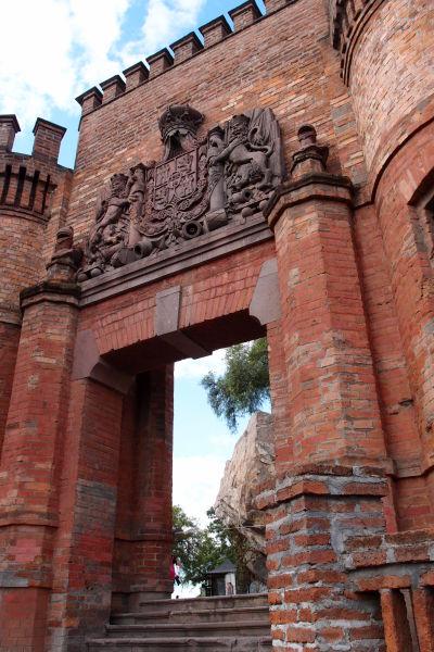 Jedna zo vstupných brán v opevnení na kopci Santa Lucía v Santiagu