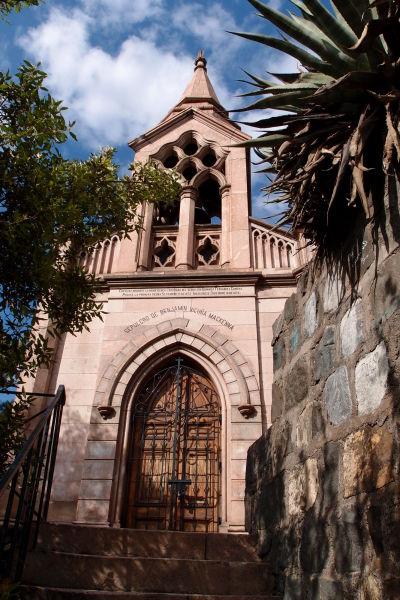 Hrobka architekta Benjamína Vicuñu Mackennu, ktorý má zásluhu na súčasnej podobe kopca Santa Lucía v Santiagu