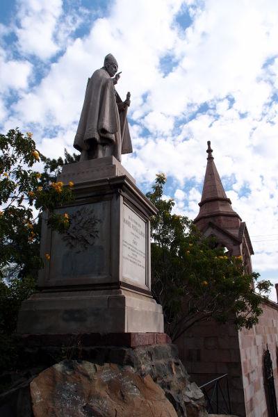 Hrobka architekta Benjamína Vicuñu Mackennu, ktorý má zásluhu na súčasnej podobe kopca Santa Lucía, a pred ňou socha prvého arcibiskupa Santiaga