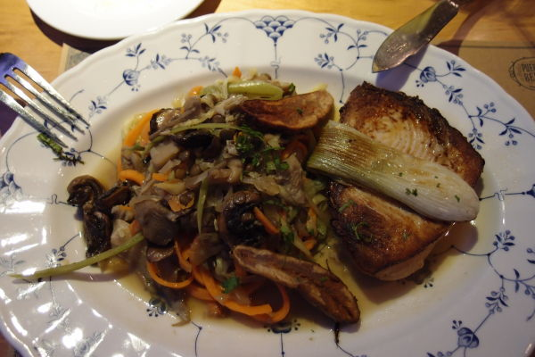 Rybí steak z mečúňa (albacora) doplnený o zeleninu, šošovicu, ale i minibanány
