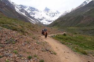 Vrchol El Morado a správcovia parku idú na koňoch skontrolovať roztratených turistov
