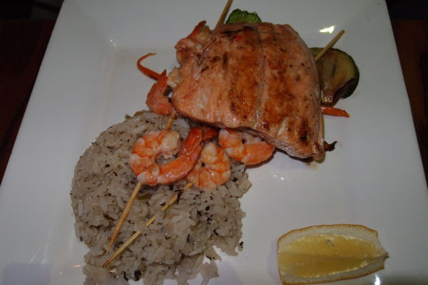 Kus ryby doplnený o krevety a ryžu