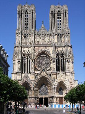Katedrála Notre-Dame v Reims - V hornej časti fasády (hneď pod vrcholkami veží) je možné vidieť tzv. Galériu kráľov (zdroj: Wikipedia)