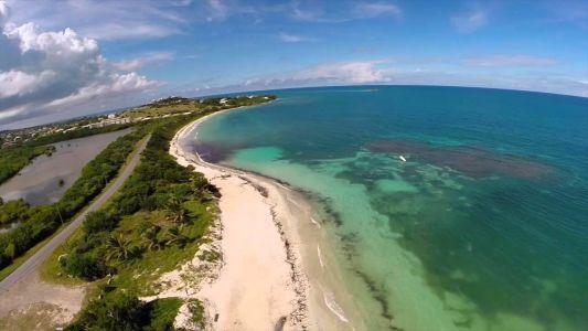 Pláže Antiguy - Jabberwock Beach, hneď pri hlavnej ceste okolo ostrova (a na letisko) (zdroj: Youtube)