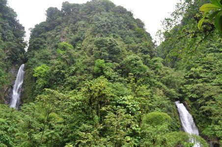 Vodopády Trafalgar Falls v národnom parku Morne Trois Pitons na Dominike. Zdroj: Bajannomad.com