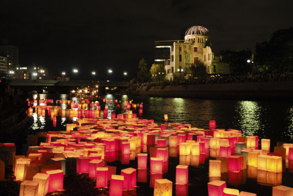 Lampiónový ceremoniál v Hirošime (zdroj: hiroshima-navi.or.jp)