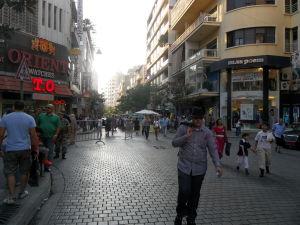 Ulica Al Hamra (zdroj: Moodyalphabet.com)