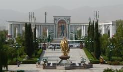 Monument 10. výročia nezávislosti - socha prezidenta pozerá na obraz prezidenta