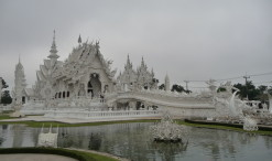 Chrám Wat Rong Khun, prezývaný aj Biely chrám