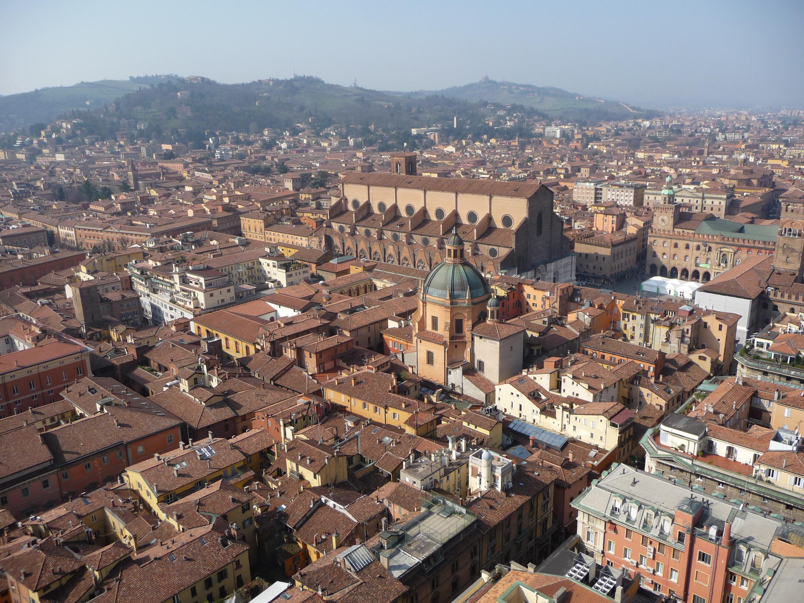 Pohľad na Bolognu z veže Asinelli, Katedrála sv. Petronia v strede