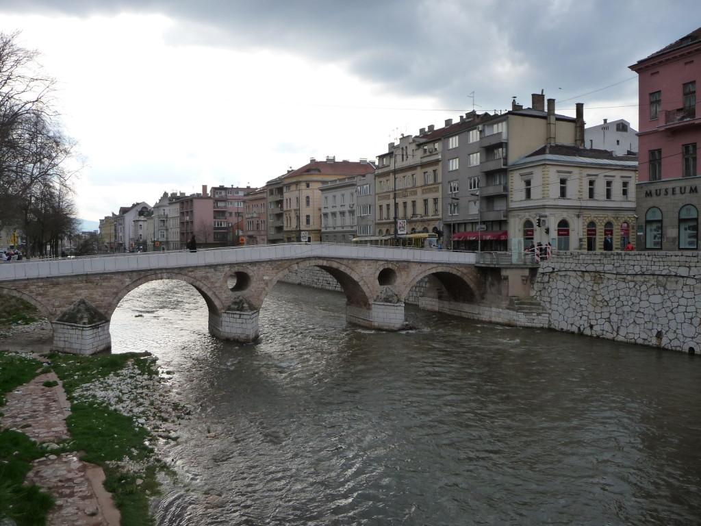 Latinský most, vpravo múzeum venované sarajevskému atentátu a miesto, kde bol zabitý Franz Ferdinand