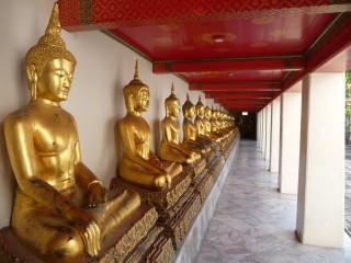 Zlaté sochy Budhu v chráme Wat Arun v Bangkoku