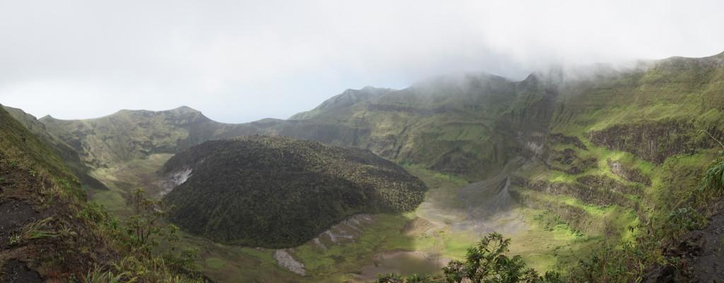 Kráter sopky La Soufrière na ostrove Svätý Vincent