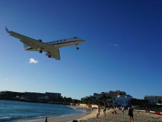 Lietadlo nad plážou Maho Beach pristávajúce na letisko na Sv. Martine
