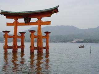 Vstupná brána (torii) k svätyni Icukušima