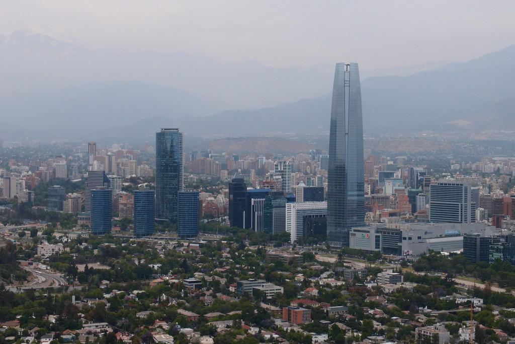 Panoráma Santiaga s dominantnou vežou Gran Torre Santiago