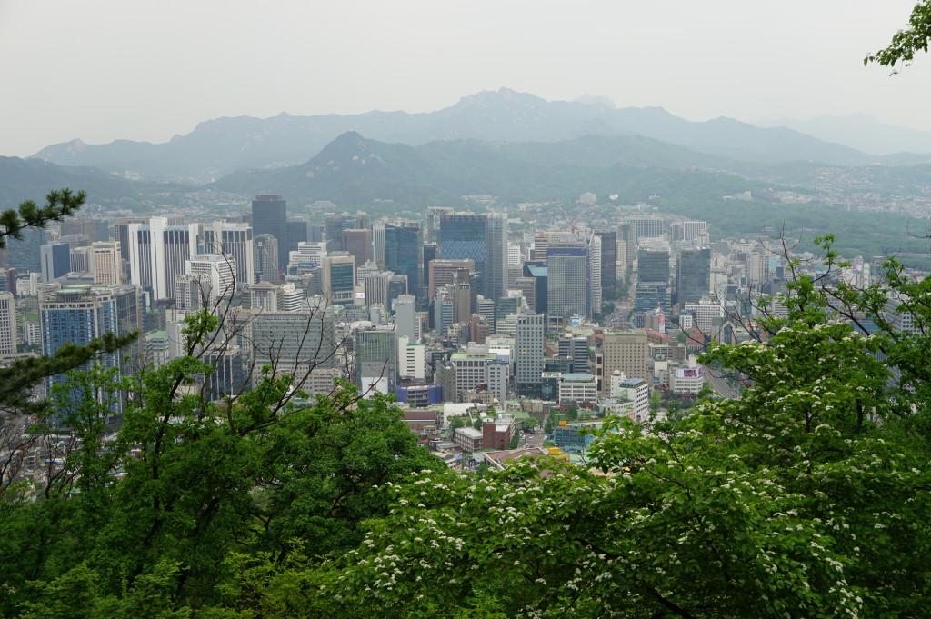 Pohľad na centrum Soulu z centrálneho parku pri Seoul Tower