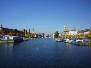 Pohľad na centrum Zürichu nad riekou Limmat z mosta Quaibrücke