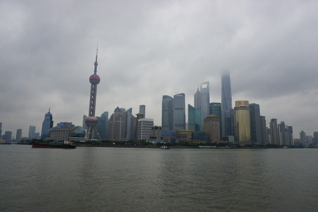 Moderná šanghajská štvrť Pudong v sychravom počasí