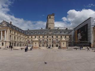 Vojvodský palác na Námestí oslobodenia (Place de la Libération) v Dijone
