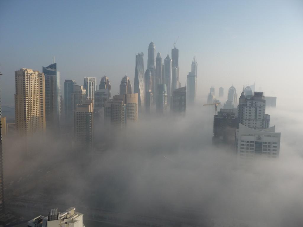 Dubai Marina v rannom opare