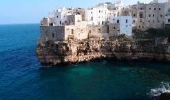 Typické domčeky na skalnatom pobreží mestečka Polignano a Mare