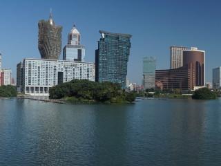 Pohľad na Macao a jeho najznámejšie kasína cez jazero (resp. zátoku) Nam Van