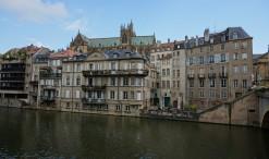 Riečka Moselle v Metz a v pozadí katedrála