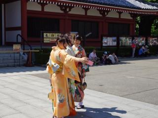 Japonky v tradičnom odeve v chráme Sensó-dži (Senso-ji) v Tokiu
