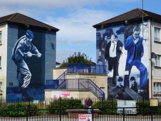 Nástenné maľby v štvrti Bogside pripomínajúce Krvavú nedeľu v Londonderry