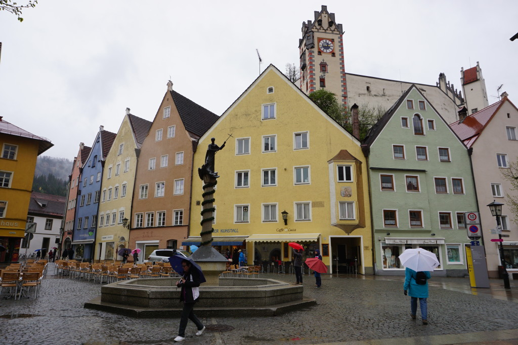 Centrálne námestie mesta Füssen, v pozadí zámok