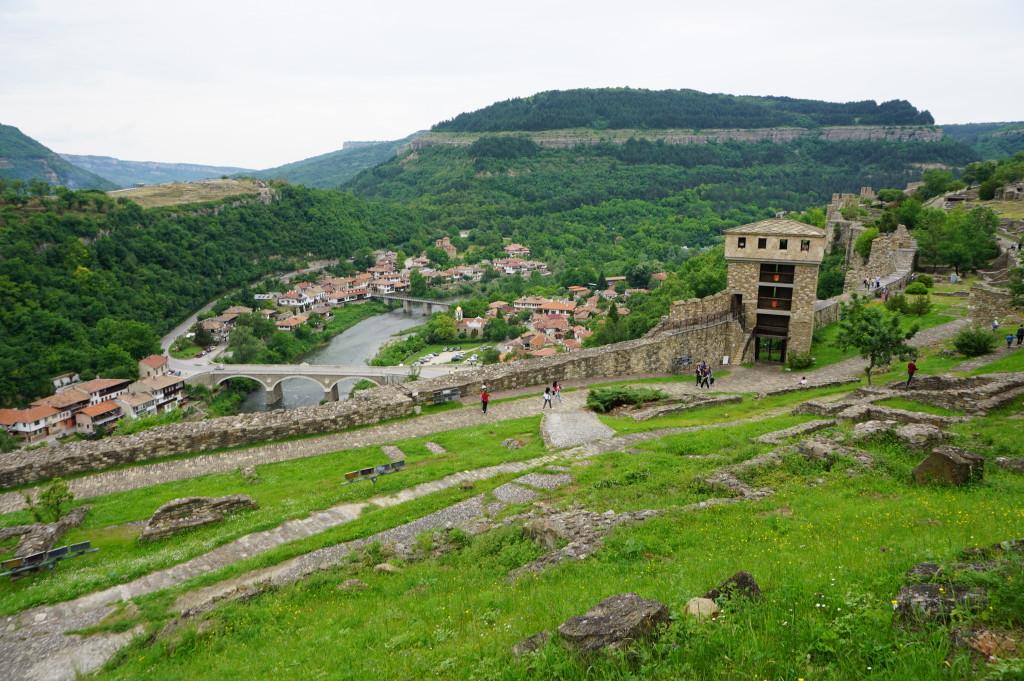 Veliko Tarnovo - pohľad z pevnosti Carevec na náprotivnú pevnosť Trapezica